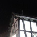 Auch am Dach eines Wohnhauses gibt es Beschädigungen