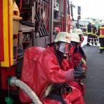 Chemieschutzanzüge-werden-angelegt